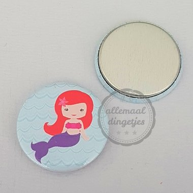 Flatback button zeemeermin mermaid rood paars in lichtblauwe zee 25mm