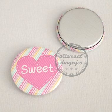 Flatback button donkerroze hart met tekst Sweet 25mm